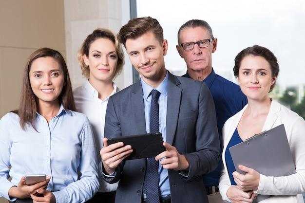 Erfolgreiche business team blick in die kamera