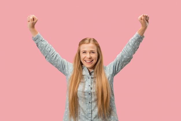 Erfolgreiche frau glücklich ekstatisch feiern, ein gewinner zu sein. dynamisches energetisches bild des weiblichen modells