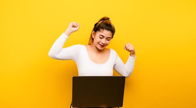 Erfolgreiche frau und laptop. foto des erfolgreichen asiatischen frauenstrumpfes. und geschäfte machen
