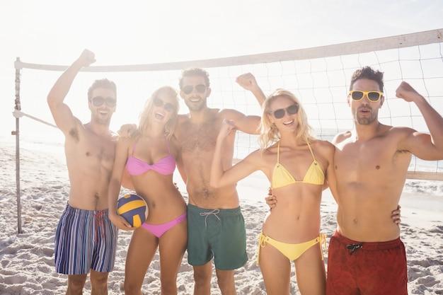 Erfolgreiche freunde nach dem volleyball