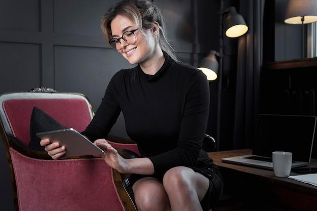 Erfolgreiche geschäftsfrau beim durchsuchen eines tablets