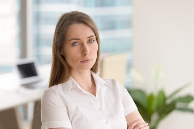 Erfolgreiche geschäftsfrau bereit für herausforderungen