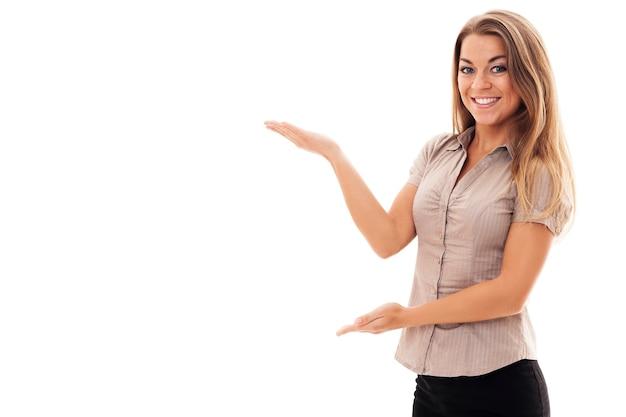 Erfolgreiche geschäftsfrau, die auf weiß gestikuliert