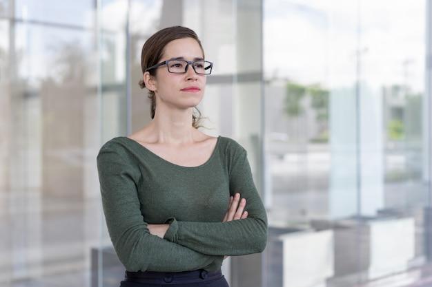 Erfolgreiche geschäftsfrau, die draußen aufwirft