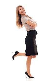 Erfolgreiche geschäftsfrau, die fuß tritt