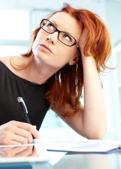 Erfolgreiche geschäftsfrau, einen bericht zu schreiben