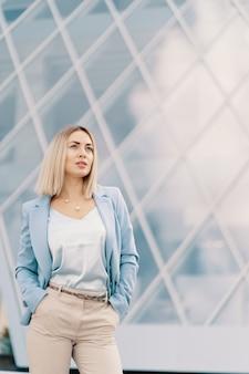 Erfolgreiche geschäftsfrau im blauen anzug