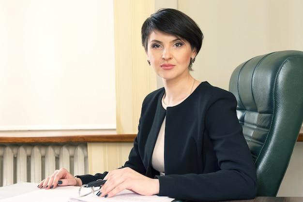 Erfolgreiche geschäftsfrau im büro. geschäftsentwicklungsstrategie. planung und gewinnberechnung