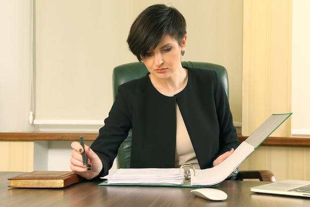 Erfolgreiche geschäftsfrau im büro