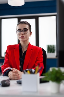 Erfolgreiche geschäftsfrau im firmenbüro der finanzgesellschaft