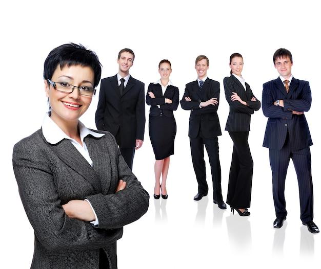 Erfolgreiche geschäftsfrau mit arbeitsgruppe - lokalisiert auf weiß.