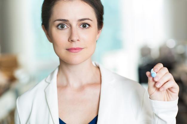 Erfolgreiche geschäftsfrau schreiben auf glas-schirm