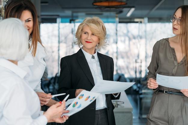 Erfolgreiche geschäftsfrauen. gestärktes weibliches unternehmen