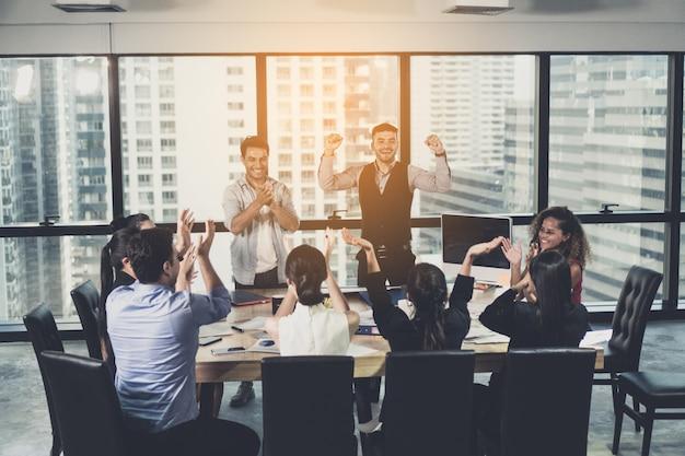 Erfolgreiche geschäftsgruppe, die am konferenzzimmer feiert geschäft, leute, erfolg und gewinnendes konzept