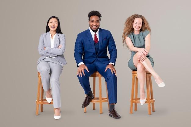 Erfolgreiche geschäftsleute, die auf einem holzhocker sitzen, jobs und karrierekampagne