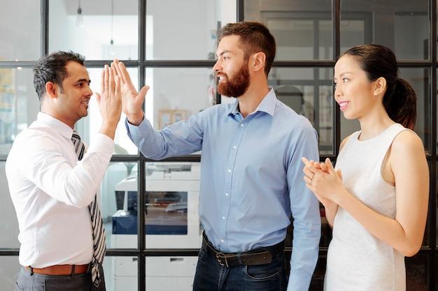 Erfolgreiche geschäftsleute, die im büro arbeiten