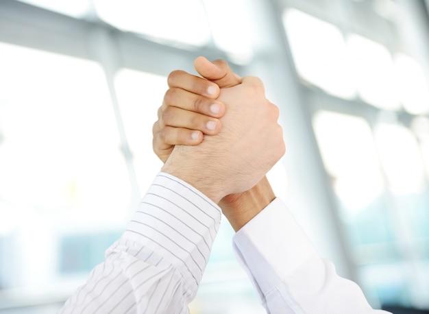 Erfolgreiche geschäftsleute hand, die nach sehr viel rütteln