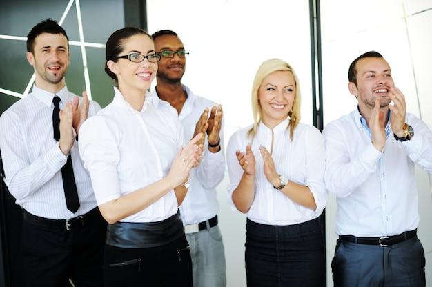 Erfolgreiche geschäftsleute in realen bürosituationen