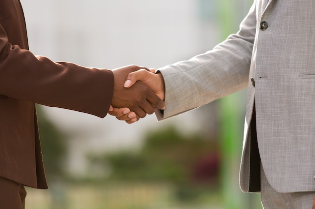 Erfolgreiche geschäftspartner schließen geschäft ab