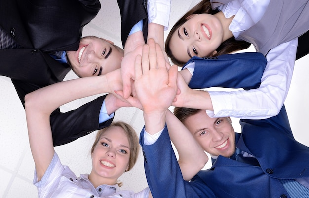Erfolgreiche junge geschäftsleute im büro