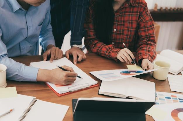 Erfolgreiche junge startup-teamarbeit