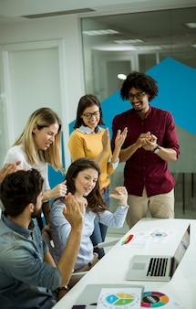 Erfolgreiche junge wirtschaftler, die sitzung im modernen büro haben