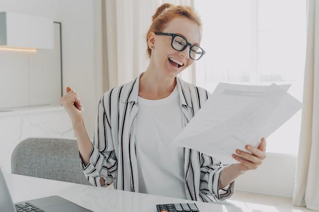 Erfolgreiche managerin plant budgetüberprüfungen finanzen lässt faustpumpe papierdokumente halten