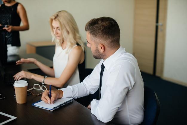 Erfolgreiche mitarbeiter im büro diskutieren neue projekte. unternehmensfinanzierung
