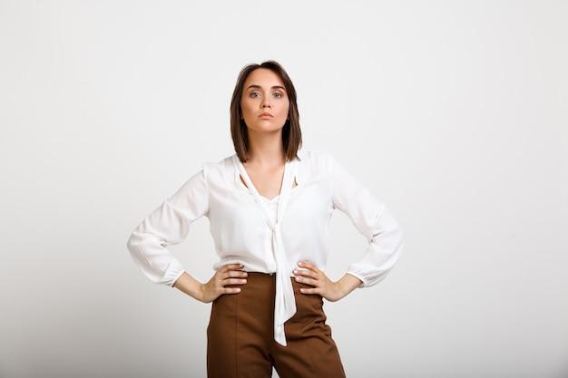 Erfolgreiche modefrau sieht selbstbewusst aus