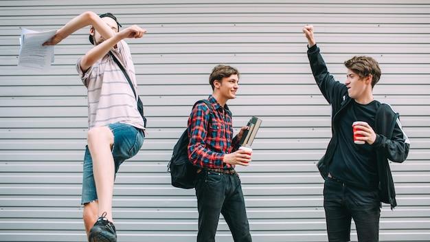 Erfolgreiche prüfung. schüler bestehen prüfungen. jugendliche schreiben sich an der universität ein. auswahl des zukünftigen berufskonzepts
