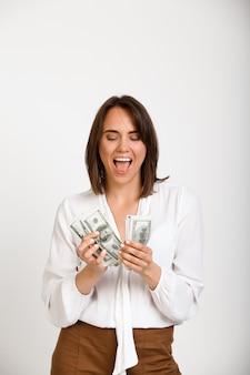 Erfolgreiche reiche modefrau, die geld zählt