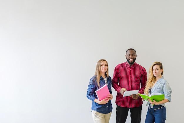 Erfolgreiche studenten auf weiß