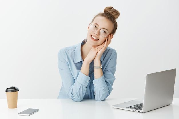 Erfolgreiche unternehmerin im hemd mit blauem kragen