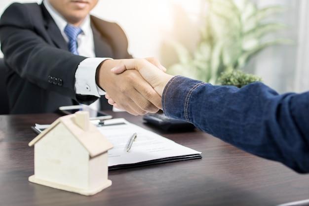Erfolgreiche vereinbarung, zustand, kaufvertragskonzept des hauses, käufer, der hand rüttelt