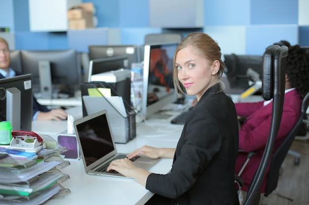 Erfolgreiche weibliche business-teamleiterin bei der arbeit mit einer gruppe multiethnischer geschäftspartner