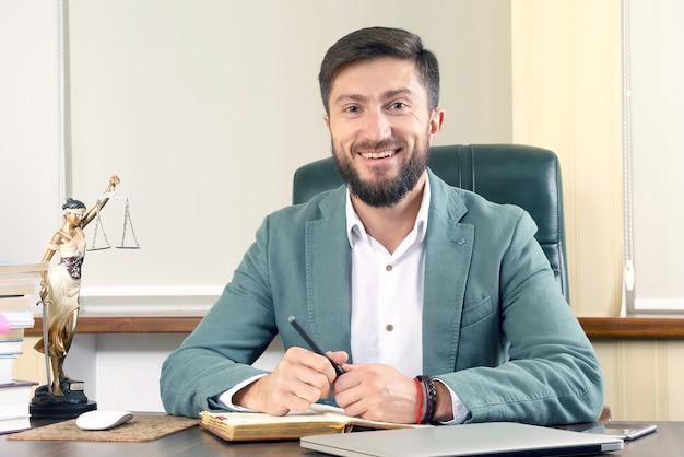 Erfolgreicher anwalt im büro am schreibtisch sitzend