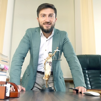 Erfolgreicher anwalt im büro hinter dem schreibtisch