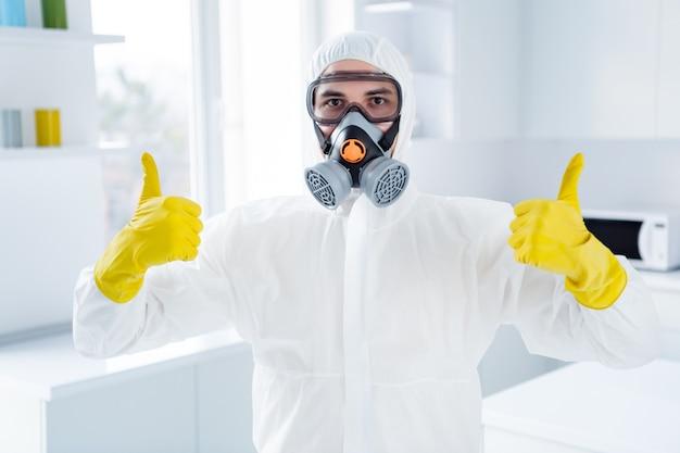 Erfolgreicher arbeiter reiniger mann in gläsern handschuhe zeigen daumen hoch symbol