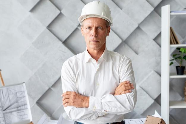 Erfolgreicher architekt mit schutzhelm