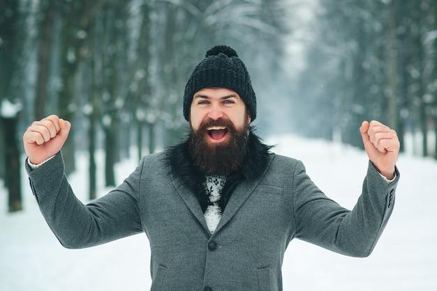 Erfolgreicher bärtiger mann im winter