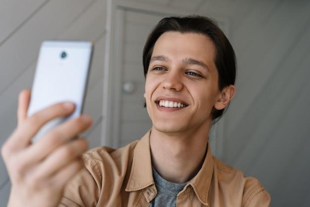 Erfolgreicher blogger, der videos online mit smartphone, internet und modernen technologien streamt