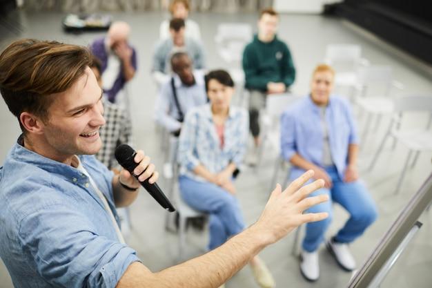 Erfolgreicher business coach präsentiert vertriebsstrategie