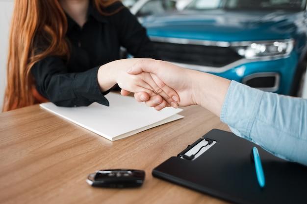 Erfolgreicher deal bei einem autohaus