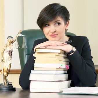 Erfolgreicher geschäftsfrauenanwalt bei der arbeit im büro. vertragskommunikation