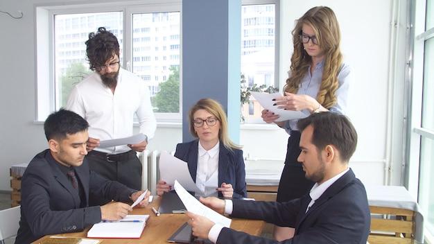 Erfolgreicher geschäftsmann bei einem treffen im büro. kollegen sitzen am verhandlungstisch. abschluss der transaktion und unterzeichnung des kooperationsvertrags.