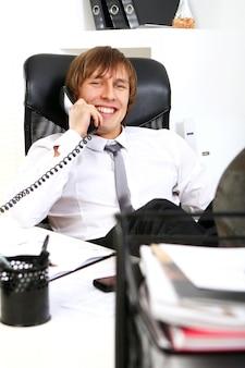 Erfolgreicher geschäftsmann, der telefonisch spricht