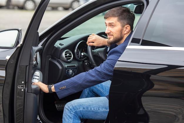 Erfolgreicher geschäftsmann fährt ein teures auto