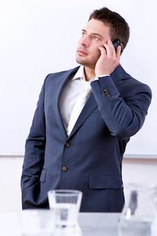 Erfolgreicher geschäftsmann unter verwendung des mobiltelefons