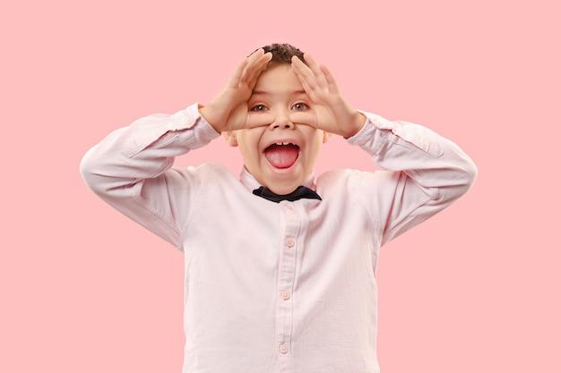 Erfolgreicher junge glücklich ekstatisch feiern, ein gewinner zu sein. dynamisches energetisches bild des männlichen modells