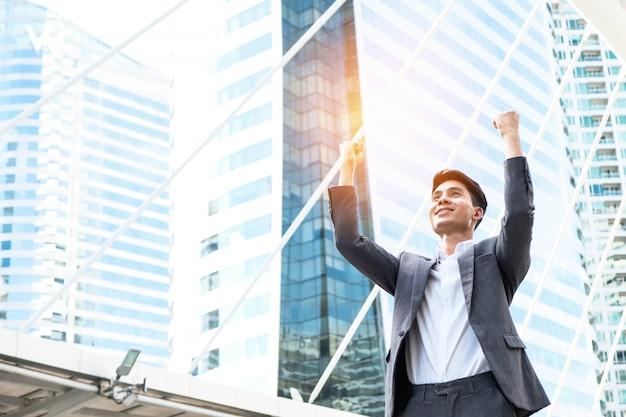 Erfolgreicher junger finanzgeschäftsmann
